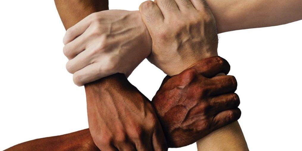 cuatro-manos-unidas